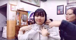 Nổi hứng nhờ mẹ cắt tóc ăn Tết, cô gái tưởng