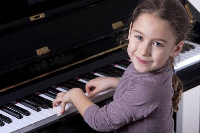 niña tocando piano