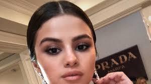 selena gomez wears a smoky eye to the