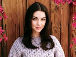 Reign's Adelaide Kane Takes the Throne as TV's Must-Watch Leading Lady    Teen Vogue