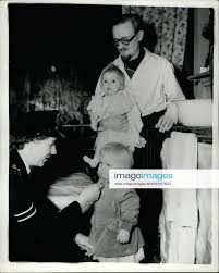 Stockfoto sep 09 1953 station baby is their new brother