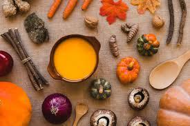 野菜とスプーンの中のスープ | 無料の写真