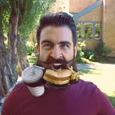 رجل يصنع اشكال غريبة و مضحكة بلحيته صور غرائب