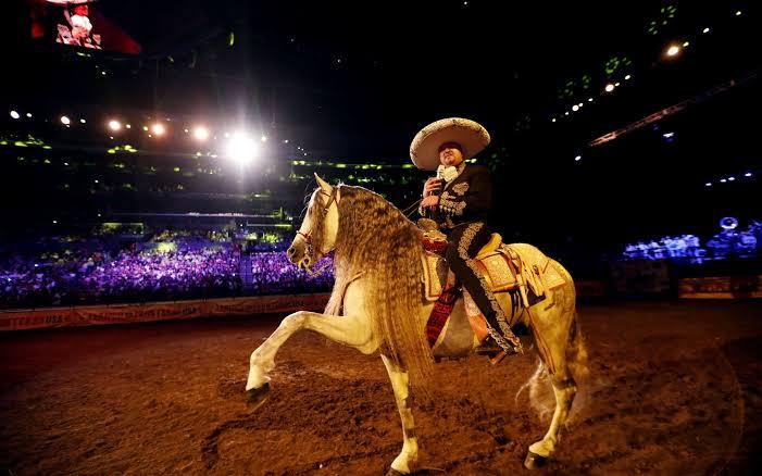 Pepe Aguilar montando a caballo