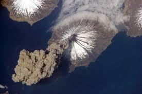 Cómo se ve un volcán en erupción desde el espacio?