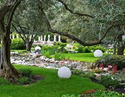 16 landscaping ideas around trees