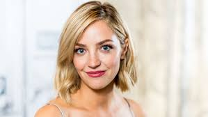 Abby Elliott on Watching 'SNL' With Dad Chris, Adulting, 'Clara's ...