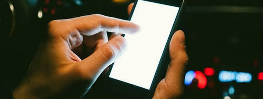 """Resultado de imagen para La luz de los celulares podría acelerar el envejecimiento, según estudio"""""""