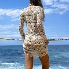 Resultado de imagem para mulher de vestido na praia