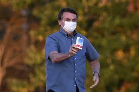 Bolsonaro anunció que ya no tiene Covid-19 y exhibió una caja de ...