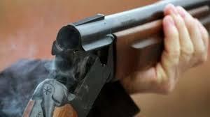 Burri kërcënon gruan dhe djalin me pushkë gjuetie   ? LAJME.mk ®