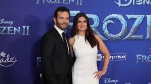 Idina Menzel & Aaron Lohr - premiere of Frozen 2 - YouTube