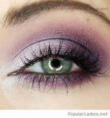 purple makeup for green eyes cat eye