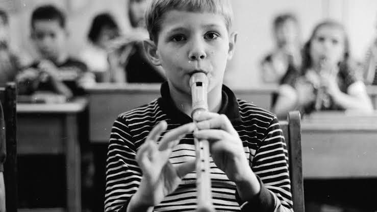 niño tocando flauta