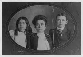 Addie Smith Howell and Children] - The Portal to Texas History