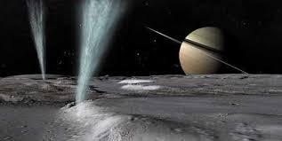 La luna 'Encélado' y sus géiseres, con los anillos de Saturno ...