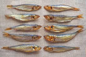Arenque ahumado. delicioso pescado ahumado en la arpillera ...