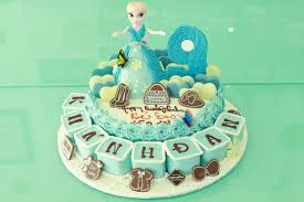Bánh kem sinh nhật tạo hình búp bê elsa và bánh nhỏ dễ thương đẹp mắt nhất