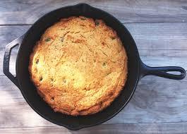 Dökme demir tavada parmesanlı, kaparili ve baharatlı mısır ekmeği