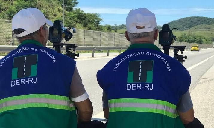 """Resultado de imagem para Foto: fiscais do Detran com radares móveis na Via Lagos"""""""