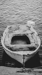 خلفيات ايفون ابيض واسود قارب صغير في البحر اجمل خلفيات ايفون