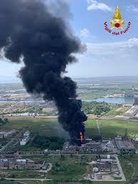 Venezia, esplosione e incendio in industria chimica a Porto ...