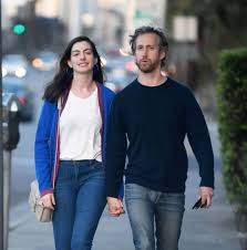 Anne Hathaway and Adam Shulman Stills Out for Dinner in Los Angeles -  Celebskart