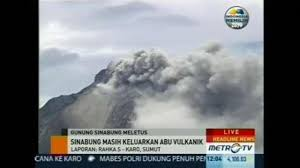 mt sinabung forces thousands to flee video