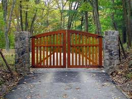 Rich Mahogany Stain On A Cedar Wood Driveway Entry Gate This Is A Classic Farmhouse Design That Use Wooden Gates Driveway Driveway Gate Diy Farm Gate Entrance