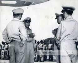 พันโทชาติชาย ชุณหะวัณ จับมือนายทหารวันเดินทางไปถึงสนามบินเชียงราย –  หอภาพถ่ายล้านนา