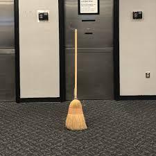 Con la Broomstick Challenge oggi le scope stanno in piedi da sole ...