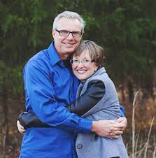 Ontroerende foto van vrouw met dementie in de armen van haar man: ze  herinnert zich niets, maar voelt zich veilig - Debestezinnentjes