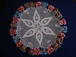 mesa de crochet con flores