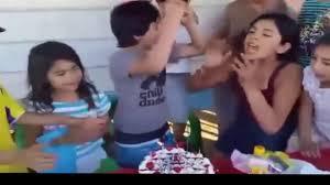 Nino Se Enoja Y Arroja Su Pastel De Cumpleanos A Los Invitados Por