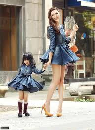 شاهد بالصور لبنات صغيرات و أمهاتهم يرتدون الأزياء المتشابهة رائج