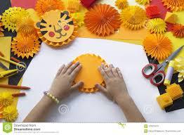 Il Bambino Fa Una Carta Fatta A Mano Origami Della Tigre Immagine Stock -  Immagine di sopra, divertimento: 120816279