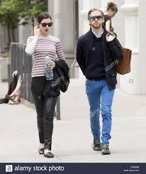 Anne Hathaway and Adam Shulman go for a walk in Greenwich Village Stock  Photo - Alamy
