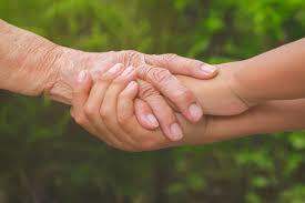 Velha mão feminina segurando jovens rapazes mãos, cuidados e apoio ...