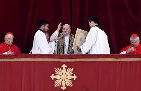 Natale in Vaticano, il Papa impartisce la Benedizione