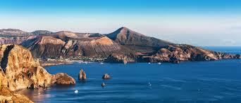 Tour delle Isole Eolie in barca: tra Mare e Trekking