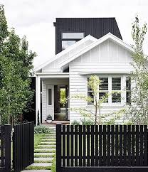 White House Black Picket Fence Or Black House White Picket Fence Kind Of Loving The Black Picket Fence Als Cottage Exterior Modern Fence Facade House