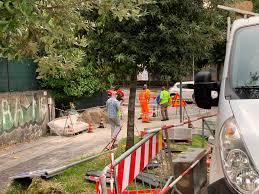 Lavori in corso il primo giorno di scuola nel marciapiede che porta ai  licei di Varese - VareseNews - Foto