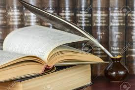 Plume Dans L'encrier Et Un Livre Ouvert Sur Une étagère Sombre De ...
