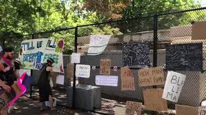 The Fence Outside The White House Converted To A Crowd Sourced Memorial Wall Like An Art Gallery Youtube