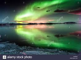 En Keflavik, Islandia: Aurora es una reflexión en aguas tranquilas. AURORA  reflexiones pack dos veces la fuerza de la naturaleza más espectacular del  espectáculo de luces. Bailando en el cielo caleidoscopio de