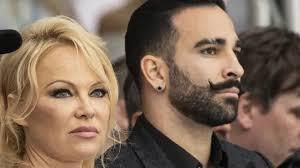 """Adil Rami se confie sur sa relation avec Pamela Anderson: """"Je pourrais la  jouer sale, balancer nos sextapes"""" - RTL People"""