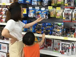 Sôi động thị trường đồ chơi trẻ em trước Tết Thiếu nhi 1/6 - MVietQ