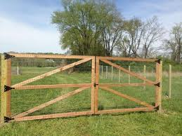 How To Build A Welded Wire Fence Attractive Welded Wire Fence With Wooden Posts Google Search Fencing Image Welded Wire Fence Backyard Fences Wire Fence