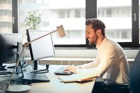 フリー写真] オフィスでデスクワーク中のビジネスマン - パブリック ...