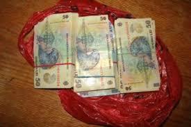 Doua pungi cu bani descoperite dupa un accident in Dambovita